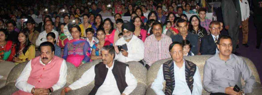 माफिया ज्योति के स्कूल में आयोजित समारोह में बैठे एसएसपी सौमित्र यादव व अन्य प्रशासनिक अफसर।
