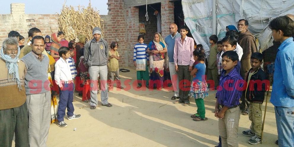 गंगा सिंह के घर पर लगी लोगों की भीड़।