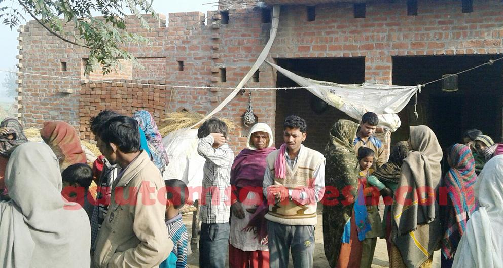 सरफुद्दीन के घर पर लगी लोगों की भीड़।
