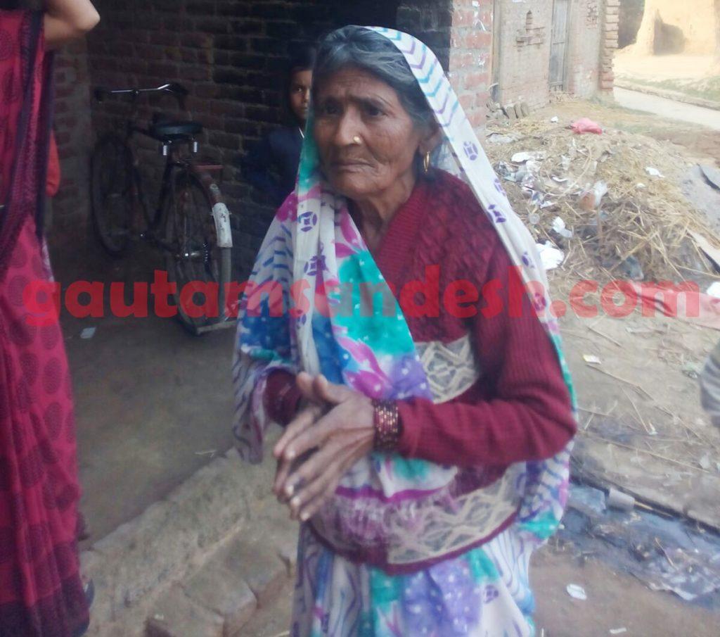 पुलिस के तांडव के बारे में बताती एक बुजुर्ग महिला।