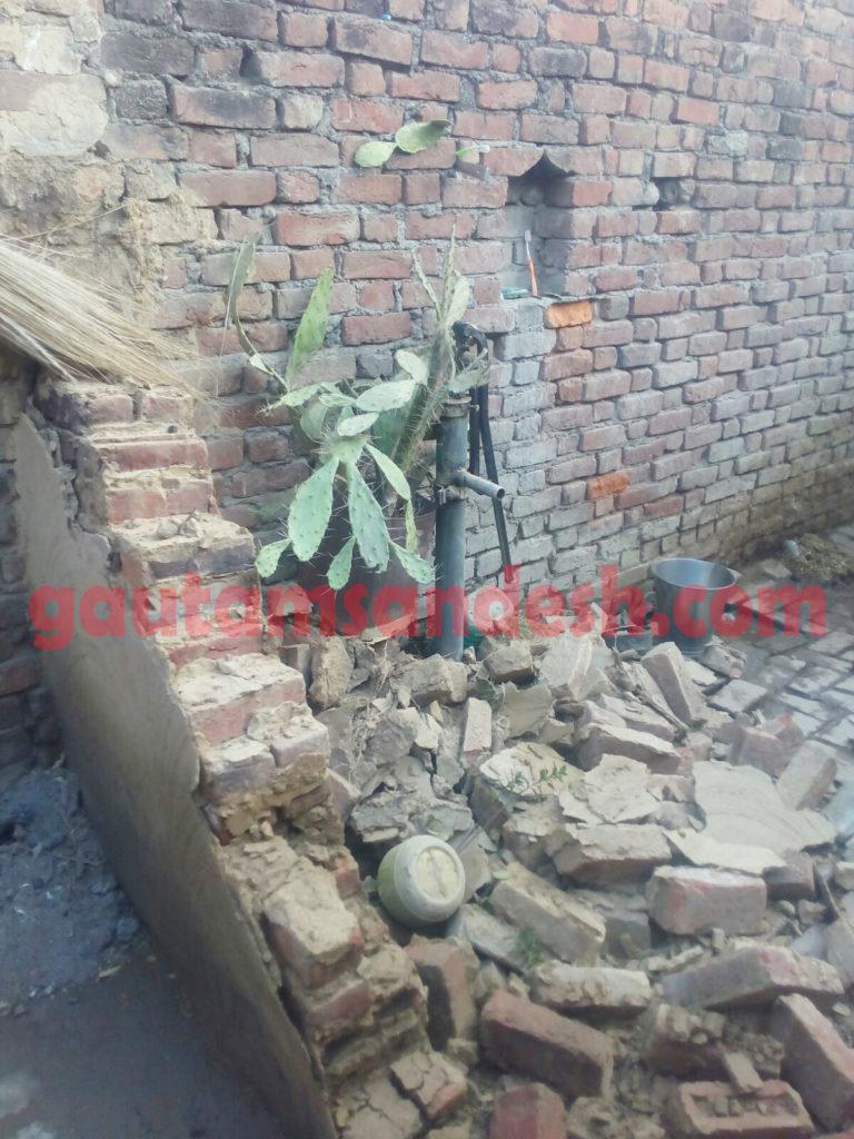 पुलिस द्वारा तोड़ी गई दीवार।