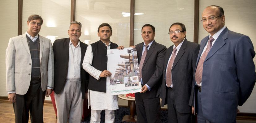 मुख्यमंत्री अखिलेश यादव को लखनऊ मेट्रो रेल काॅरपोरेशन की पहली काॅरपोरेट डायरी व कैलेंडर भेंट करते लखनऊ मेट्रो रेल काॅरपोरेशन के पदाधिकारी।