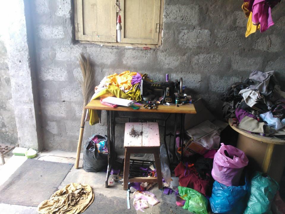 रोहिथ के गाँव में घर रखी सिलाई मशीन।