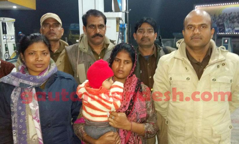पंजाब में पुलिस टीम के साथ कथित पीड़ित।