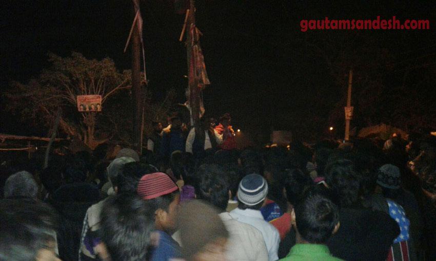 भीड़ को संबोधित करते हुए स्थानीय नेता।