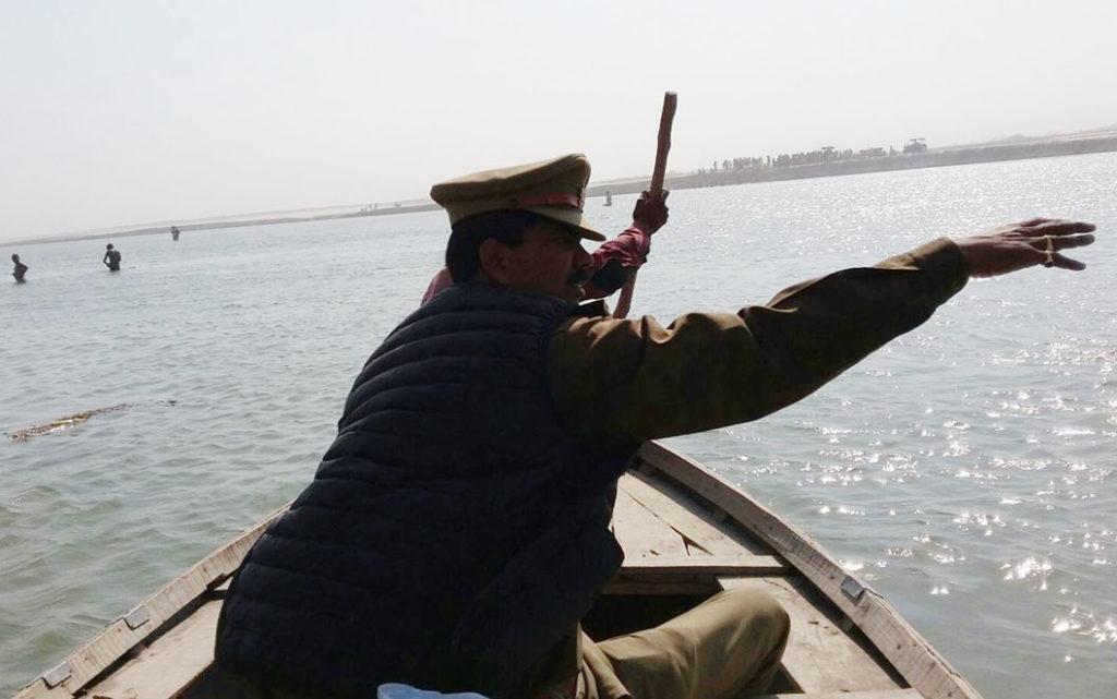 गंगा में नाव द्वारा मुनेश के शव की खोजबीन कराते एसओ कमलेश कुमार सिंह।