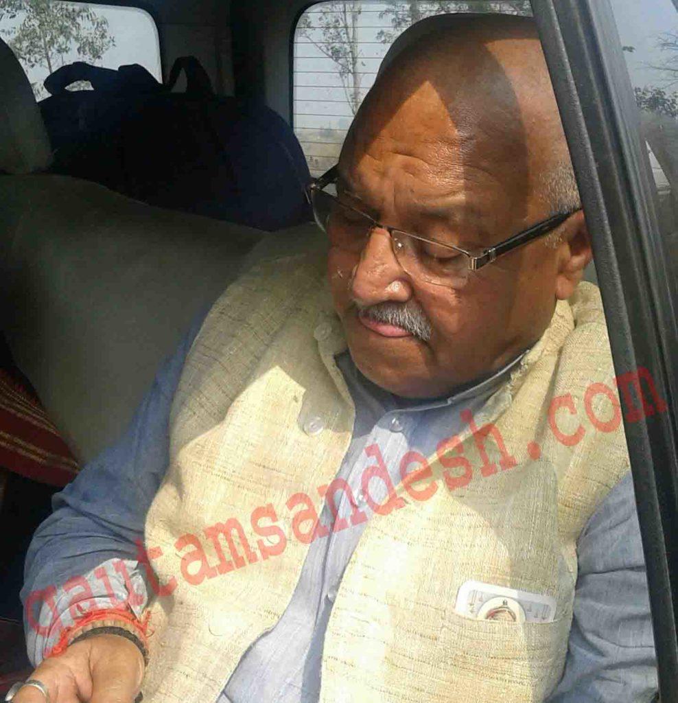 कासगंज जिले की सीमा पर गाड़ी में ही बंधक लक्ष्मी कांत वाजपेई।