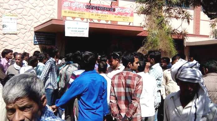 कासगंज में गीता नर्सिंग होम के सामने जमा भीड़।