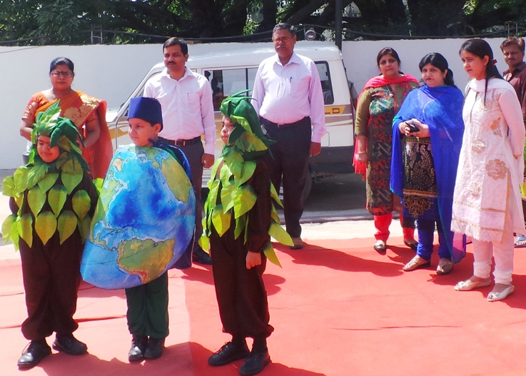 विश्व पृथ्वी दिवस पर मनमोहक अंदाज में दिखते ब्लूमिंगडेल स्कूल के बच्चे।