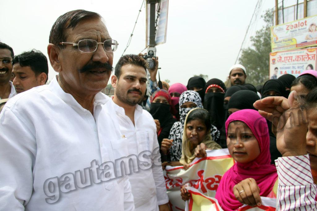 राज्यमंत्री ओमकार सिंह यादव से बात करते मदरसा संचालक, साथ में खड़े हैं डीसीबी के अध्यक्ष ब्रजेश यादव।