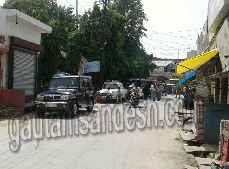 ककराला में रोड पर खड़ीं पुलिस व प्रशासन के अफसरों की गाड़ियाँ।