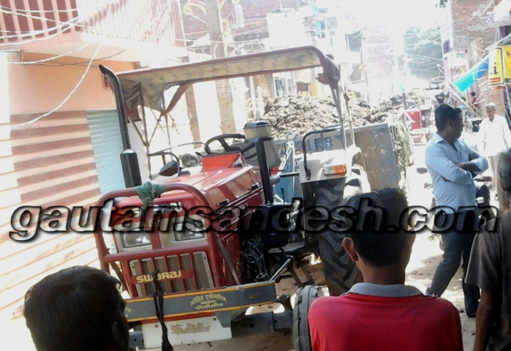 लोची नगला में खड़ीं मोहल्ले के लोगों द्वारा रोकी गईं मिटटी से भरी ट्रैक्टर-ट्रालियां।