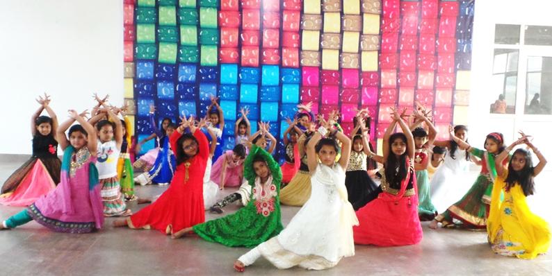 समर कैंप में डांस करते ब्लूमिंगडेल स्कूल के बच्चे।