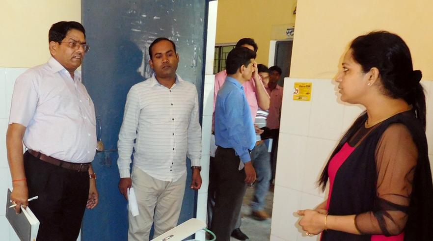 बिनावर स्थित सीएचसी में डॉक्टर से बात करते सीडीओ प्रताप सिंह भदौरिया।