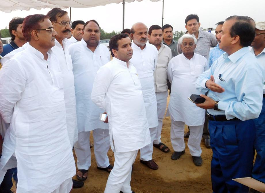 रैली की तैयारियों से संबंधित डीएम से जानकारी लेते सांसद धर्मेन्द्र यादव, साथ में मौजूद हैं ग्राम्य विकास राज्यमंत्री ओमकार सिंह यादव, विधायक आशुतोष मौर्य व विधायक रामखिलाड़ी सिंह यादव।