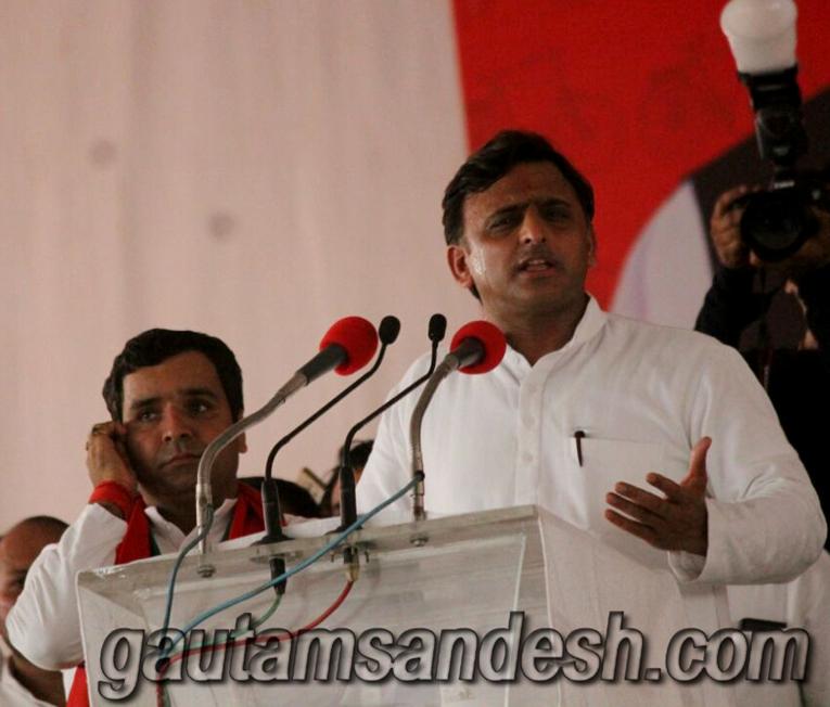 बदायूं में विकास रैली को संबोधित करते मुख्यमंत्री अखिलेश यादव।