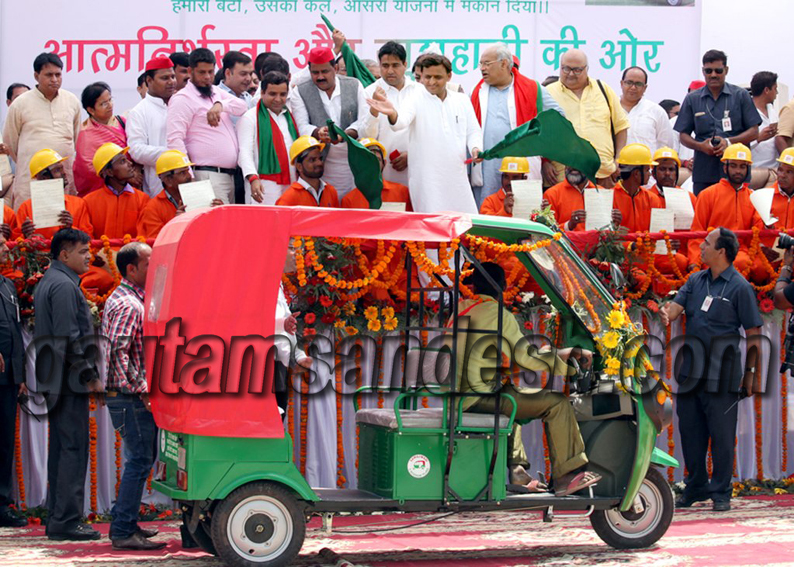 बरेली में ई-रिक्शा बांटते मुख्यमंत्री अखिलेश यादव, साथ में खड़े हैं सांसद धर्मेन्द्र यादव, यहाँ 417 ई-रिक्शे बांटे गये।