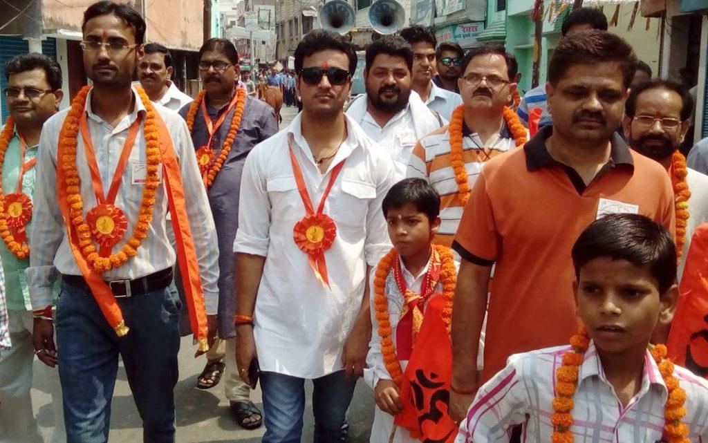 बारात के आगे चलती ब्राह्मण समाज के युवाओं की टीम।