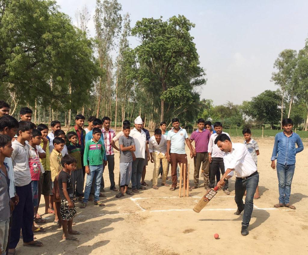 गेंद खेल क्रिकेट टूर्नामेंट का उद्घाटन करते राजीव कुमार गुप्ता।