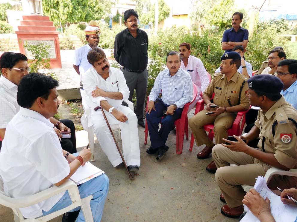 विधायक व दर्जा राज्यमंत्री आबिद रजा के साथ गांधी ग्राउंड में मौजूद डीएम, एसएसपी और अन्य तमाम अफसर।