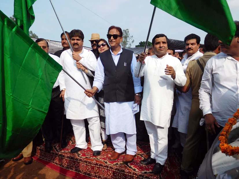 हरी झंडी दिखा कर ई-रिक्शा रवाना करते सांसद धर्मेन्द्र यादव व कैबिनेट मंत्री आजम खान, साथ में खड़े हैं दर्जा राज्यमंत्री आबिद रजा।