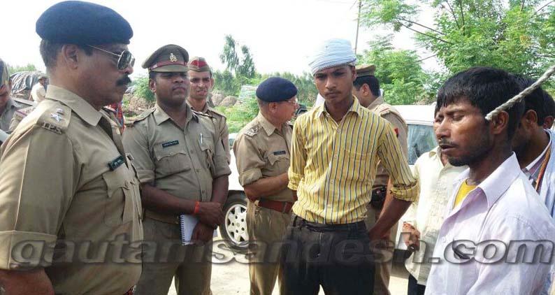 पीड़ित से बात करते एसएसपी सुनील कुमार सक्सेना।