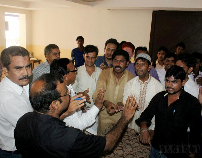 स्वाले चौधरी के साथ दास पीजी कॉलेज में हंगामा करते बाहरी लड़के।