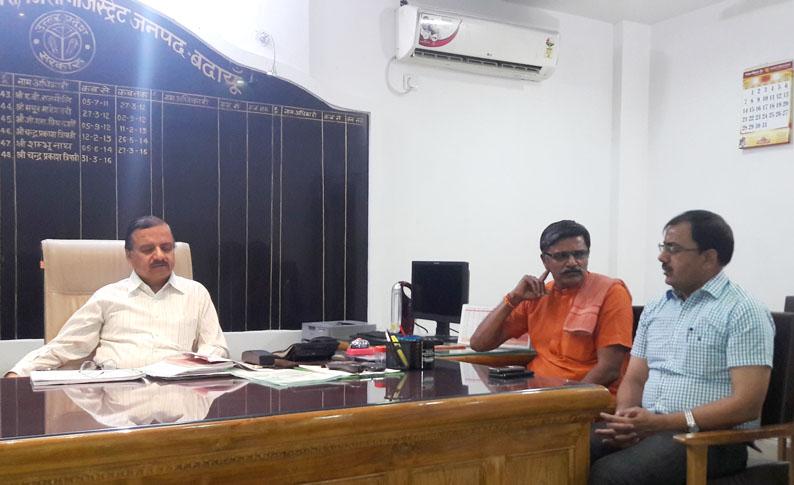 जिलाधिकारी से बात करते पूर्व विधायक महेश चन्द्र गुप्ता, साथ में बैठे हैं एडीएम (प्रशासन)।