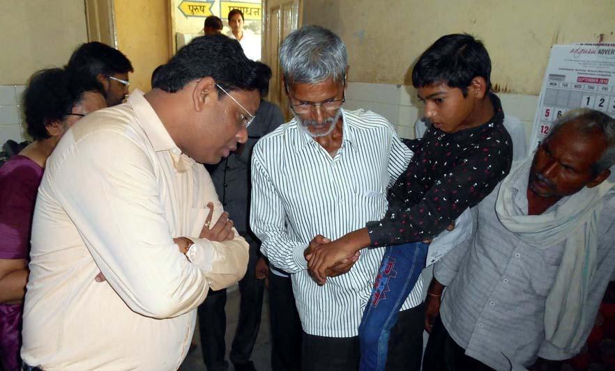 पीड़ित बच्चे के संबंध में जानकारी लेते डीएम पवन कुमार।
