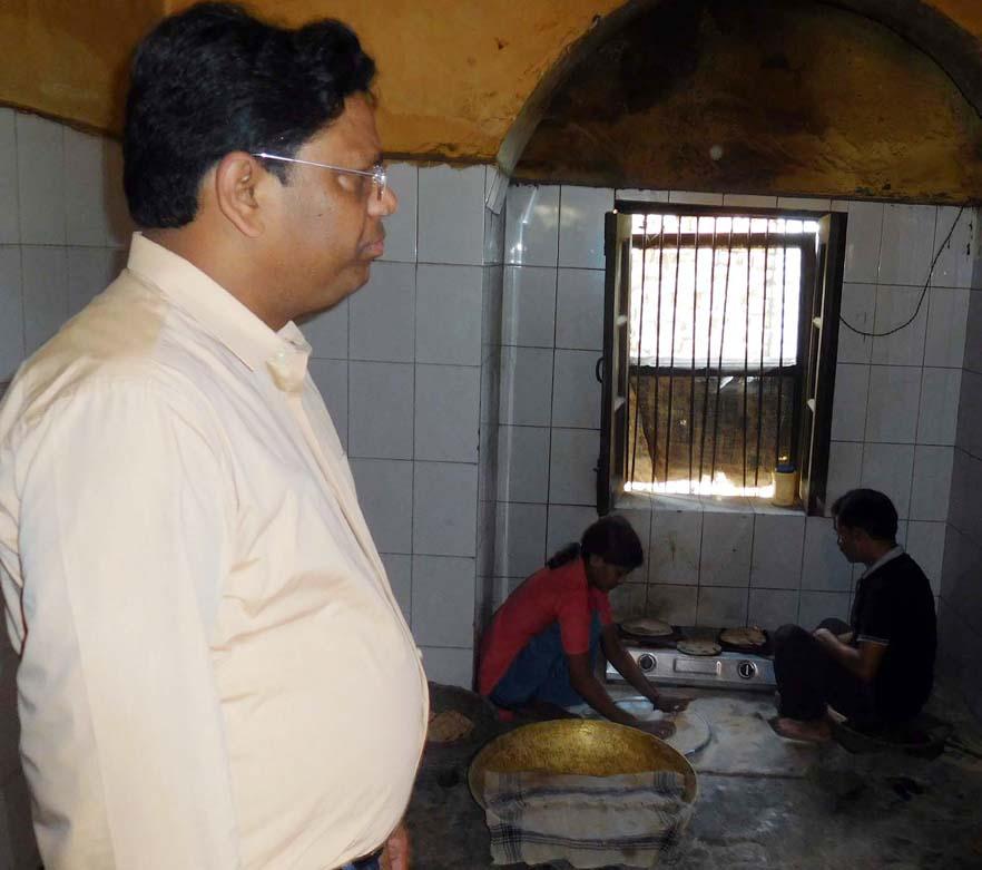 रसोई का निरीक्षण करते डीएम पवन कुमार।