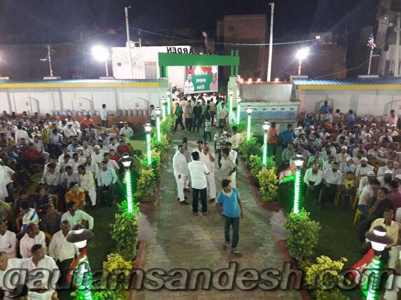 सांसद धर्मेन्द्र यादव के स्वागत समारोह में उपस्थित लोग।