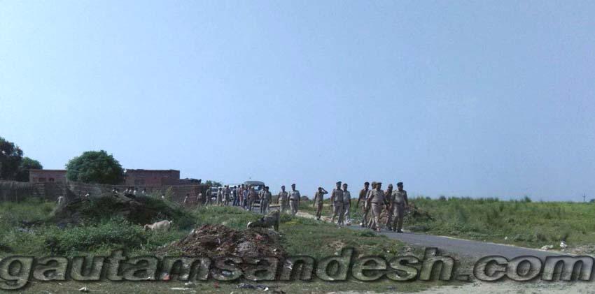 गाँव धनूपुरा में पहुंची पुलिस, पीएसी और आबकारी विभाग की टीम।