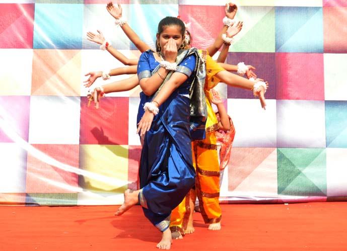 नृत्य के दौरान भाव-पूर्ण मुद्रा।