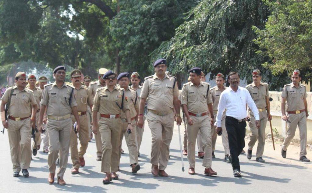 रूट मार्च का नेतृत्व करते एसएसपी सुनील कुमार सक्सेना व एएसपी (सिटी) अनिल कुमार यादव।