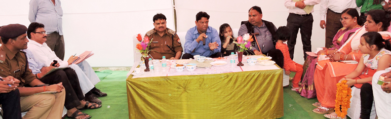 मेला स्थल पर बैठक लेते विधायक आशुतोष मौर्य, डीएम पवन कुमार और एसएसपी महेंद्र सिंह यादव।