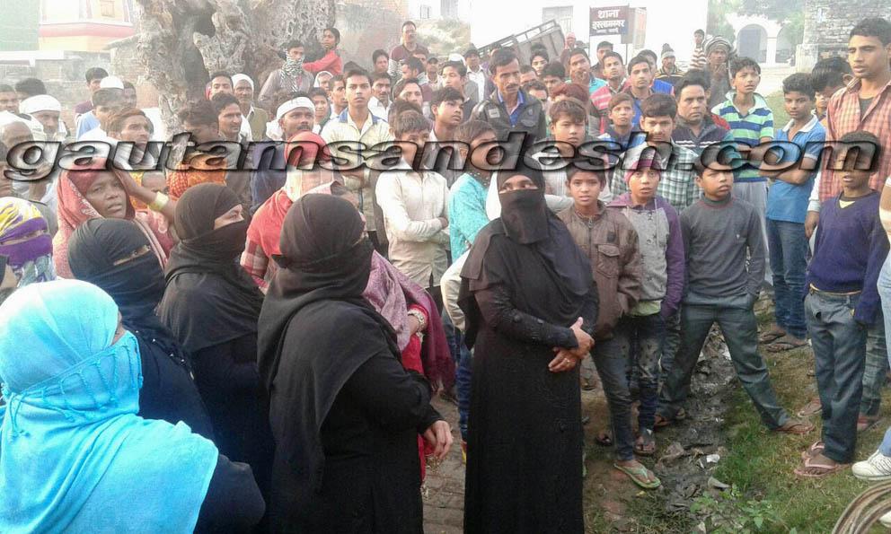 थाना इस्लामनगर पर जमा भीड़ में महिलायें।