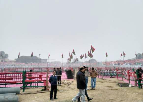 समाजवादी रंग में नजर आता रैली स्थल।